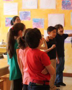 niños gozando el colegio