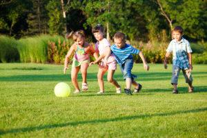 niños jugando con la pelota