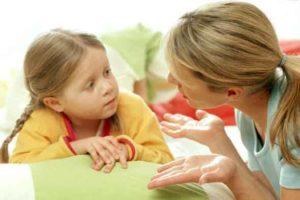 mama preguntandole a su hija