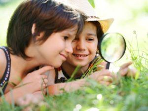 niños curiosos felices en colegio